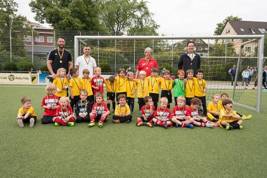Eröffnung der TuS Turnier Tage 2017: Spielpremiere der Bambini 5 gegen die G4 des TuSEM. - Fotos: r.f.