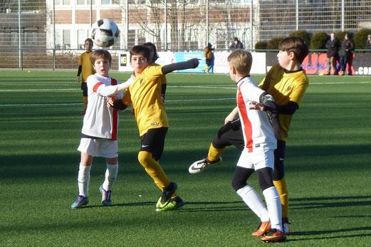 TuS D2-Jugend im Heimspiel gegen die D2 des TuSEM. - Fotos: mal.