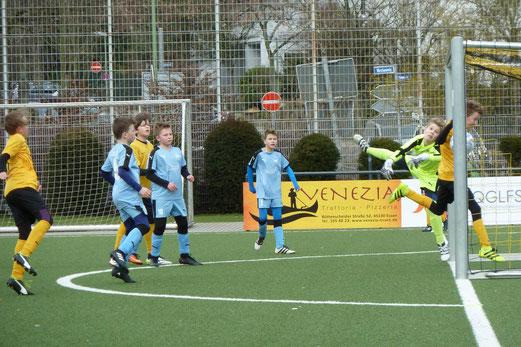 TuS D2 im Spiel gegen die D2 der SG Schönebeck. - Foto: mal. - Oben, direkt verwandelte Ecke zum 2:4.