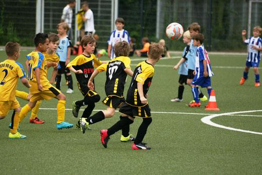 TuS F2-Jugend gegen ESG 99/06 F4 (oben) und Blau-Weiß Mintard F3 (unten). - Fotos: mage.