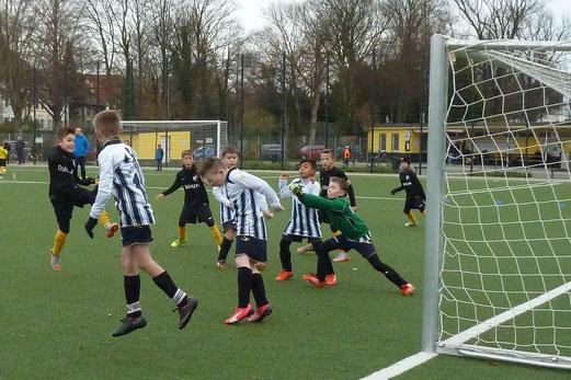 TuS E2-Jugend im Heimspiel gegen die E2 von Sportfreunde Katernberg. - Fotos: mal.