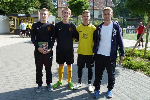 Trainerverabschiedung, v.l.n.r. Lukas Gruhs, Milan Brinkmann, René Allgut, Hendrik Schwarz. - Foto: mal.
