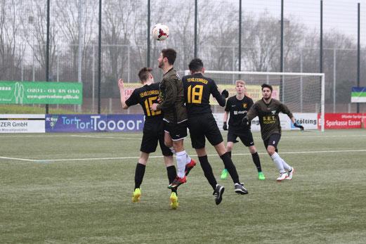TuS A-Jugend im Spiel an der Buderusstraße. - Fotos: abo.