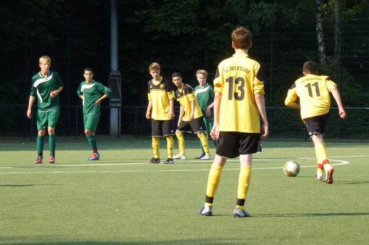 Freistoßtor zum 6:1: Testspielpremiere der neuen B-Jugend in Düsseldorf (Foto: mal).