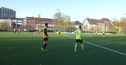 Bestes Fußballwetter an der Pelmanstraße: TuS A-Jugend im Spiel gegen Adler Union Frintrop. - Foto: mal.