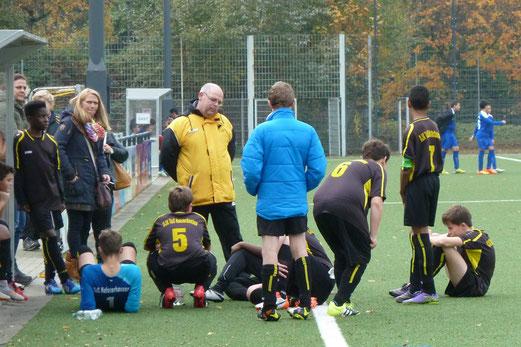 TuS C2-Jugend im Spiel gegen die C2 des FC Saloniki. - Fotos: mal.