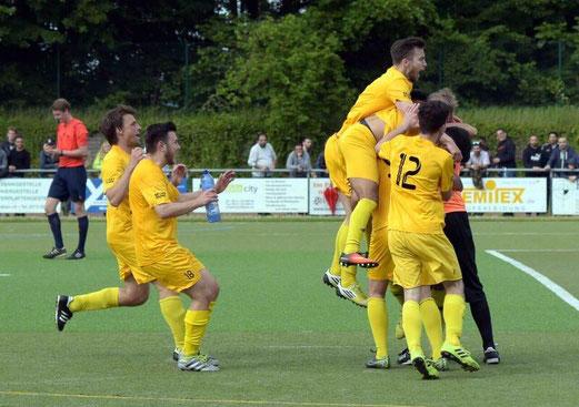 TuS Erste Mannschaft beim Relegationsspiel in Solingen. - Fotos: ings.