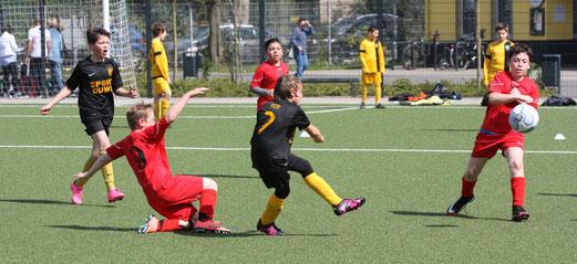 TuS E1-Jugend im Heimspiel gegen TuS Essen-West 81. - Fotos: mal.