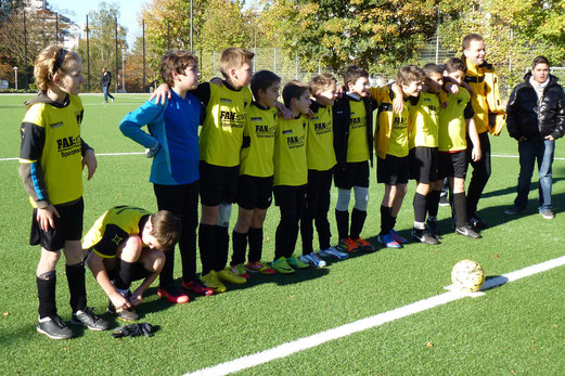 TuS D-Jugend bei der Kunstrasenpremiere am 27. Oktober 2012 (Foto: mal).