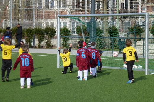 Das erste Tor des Tages: TuS Bambini 2 im Spiel gegen die Bambini 2 des SV Borbeck. (Foto: mal).