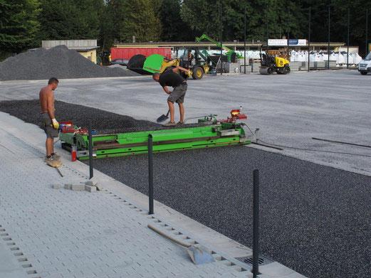 10.09.2012: Auftragen des Gummigranulats (Foto: r.f.).