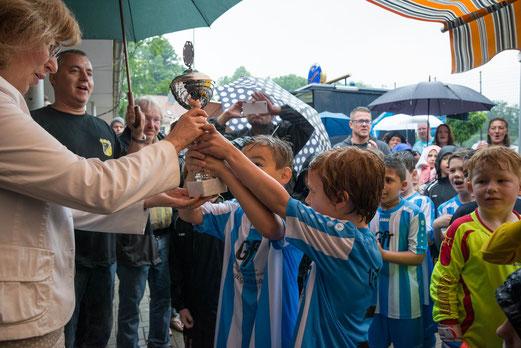 MdB Petra Hinz (SPD) überreicht den Siegerpokal des F2-/F3-Turniers an die F3 des VfB Frohnhausen. - Foto: r.f.