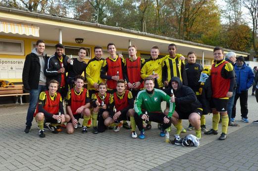 TuS A-Jugend nach ihrem erfolgreichen Spiel gegen Spfr. Niederwenigern. - Fotos: mal (1-5), abo (6-11).