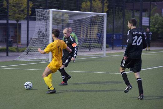 TuS Erste Mannschaft im Spiel gegen den SC Frintrop. - Fotos: a.s.