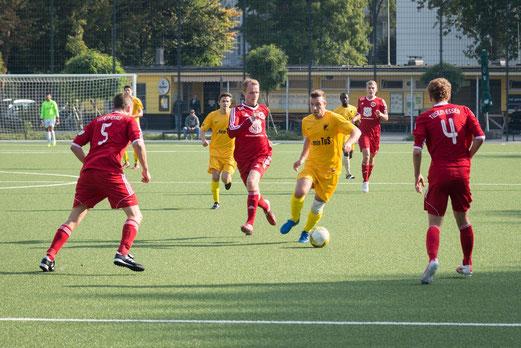TuS Erste Mannschaft im Heimspiel gegen den TuSEM. - Fotos: r.f.