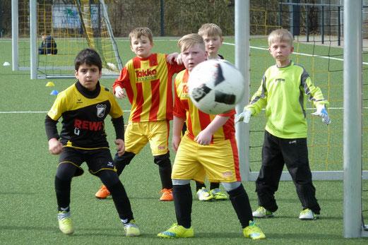 TuS F2-Jugend im Spiel gegen DJK Franz-Sales-Haus. - Fotos: mal.
