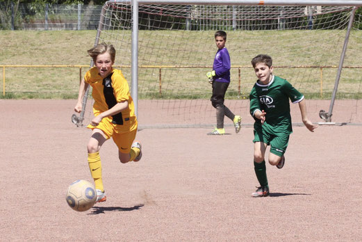TuS D2-Jugend im Auswärtsspiel bei der D4 von Adler Union Frintrop. - Fotos: p.d.
