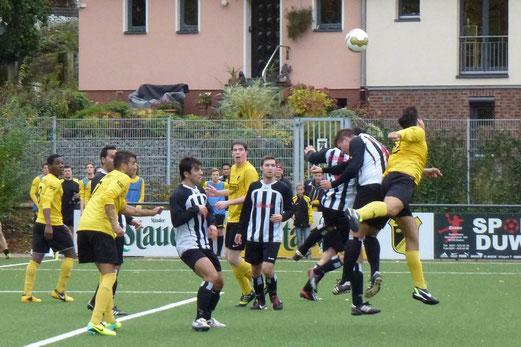 Erste Mannschaft im Heimspiel gegen FC Stoppenberg. - (Foto: mal).