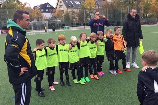 TuS F3-Jugend gegen die F2 des ESC Preußen (oben). - Foto: kiba. - TuS Bambini 1 in Borbeck (unten) - Fotos: tisa.