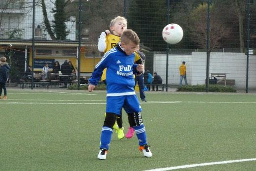 TuS F3-Jugend im Spiel gegen die F2 von SuS Niederbonsfeld. - Foto: mal.