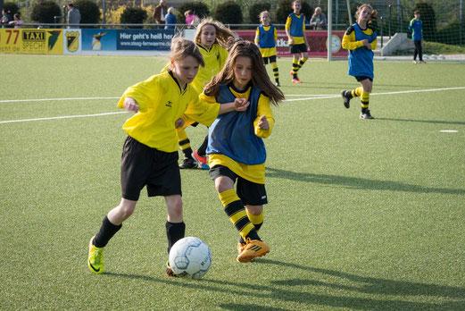 TuS U13 Mädchen im Spiel gegen VfL Sportfreunde 07. - Foto: r.f.