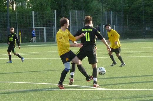 TuS 3. Mannschaft im Spiel gegen Adler Union Frintrop 5. - Fotos: mal.  -  Fotos U13 Mädchen unten: meloh.