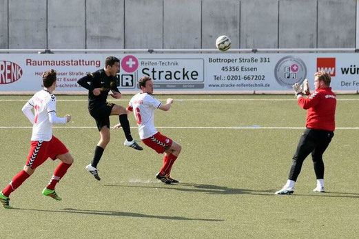 TuS Zweite Mannschaft im Spiel bei TuS Essen-West 81 II. - Fotos: ings.