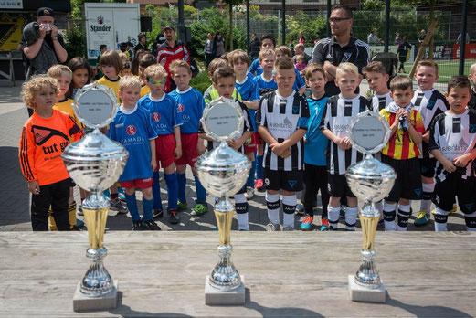 Siegerehrung des F1-Jugend Turniers. - Foto: r.f.   -   Spielpremiere der F3-Jugend. - Fotos: mal.