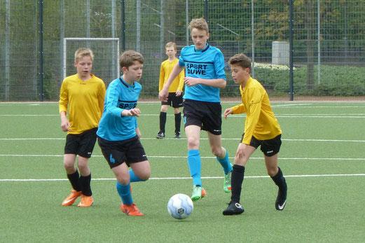 TuS D1-Jugend im Heimspiel gegen Ballfreunde Bergeborbeck. - Fotos: mal.