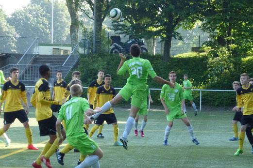 Hohe Bälle brachten stets Gefahr: TuS B-Jugend im Auswärtsspiel bei Meister Adler Frintrop. - (Foto: mal).
