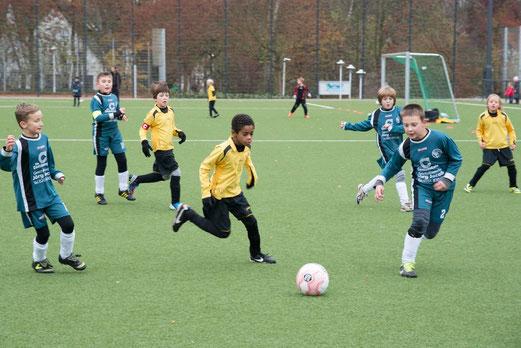 Hart erkämpfte Punkte: TuS F1-Jugend gegen die F1 des FC Stoppenberg an der Pelmanstraße. - (Foto: r.f.).
