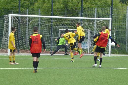 Pfostentreffer bei Dauerregen: TuS B-Jugend (in roten Leibchen) im Spiel gegen FC Karnap (Fotos: mal).