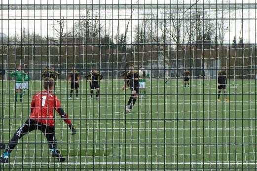 Das vorentscheidende 2:1: TuS C-Jugend im Spiel gegen die C2 der SpVgg. Schonnebeck. - Fotos 6-8: mal.