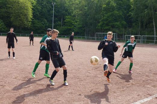 In der zweiten Hälfte noch einmal alles versucht: TuS B-Jugend im Spiel beim FC Stoppenberg. - (Foto: mal).