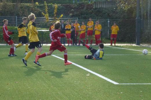 René Allgut (links im Bild) trifft zum 10:0 Endstand der TuS C-Jugend gegen den TuSEM (Foto: mal).