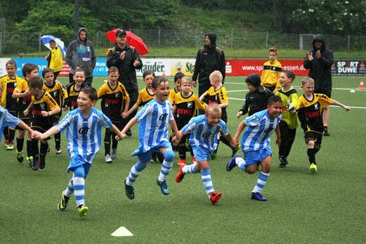 Nach dem Abpfiff des F2-Jugend-Finales, VfB Frohnhausen F3 (Sieger), TuS F2-Jugend (Zweiter). - Foto: mage.