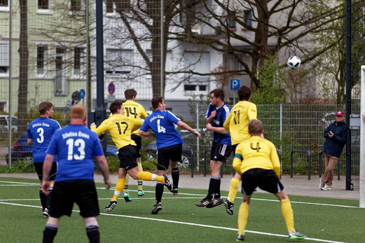 TuS Zweite Mannschaft im Spiel gegen Atletico Essen. - Fotos: mast.