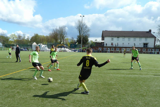 TuS A-Jugend im Auswärtsspiel bei Adler Union Frintrop. - Fotos: mal.