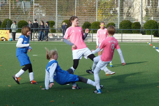 TuS U13 Juniorinnen im Spiel gegen SuS Niederbonsfeld. - Fotos: mal.