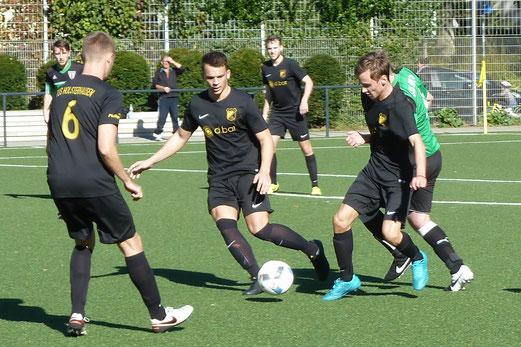 TuS Zweite Mannschaft im Heimspiel gegen SuS Haarzopf II. - Fotos: mal.