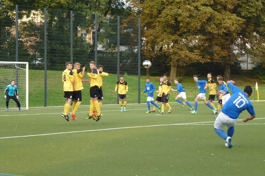 Freistoß zum 1:0 für die Platzherren: TuS B-Jugend im Pokalspiel beim Vogelheimer SV (Foto: mal).