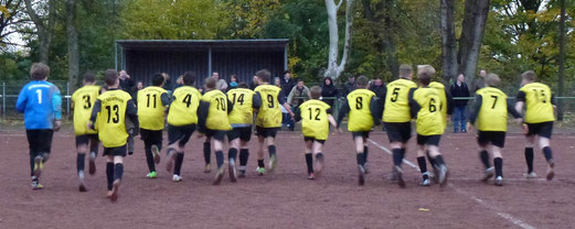 Weiter ohne Gegentor: TuS C-Jugend nach ihrem hart erkämpften Sieg in Bergeborbeck (Foto: mal).