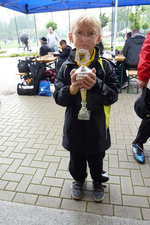TuS F2-Jugend: Freude über den Siegerpokal. - (Foto: mal).