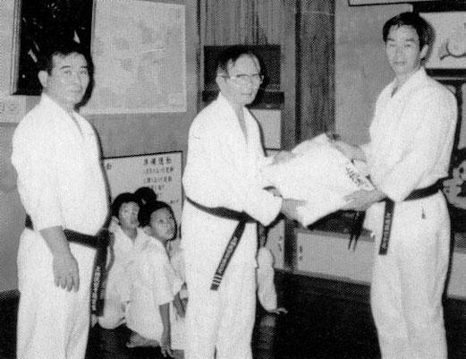 Присвоение 6-го Дана Уэчи-рю. Слева направо: УЭЧИ Канмеи, УЭЧИ Канэи, ШИМАБУКУРО Юкинобу