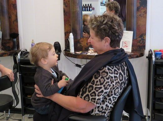 Avec Mamie chez le coiffeur...