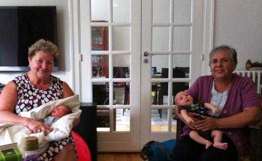 Deux nouvelles grand-mères fières de leur bébé  !
