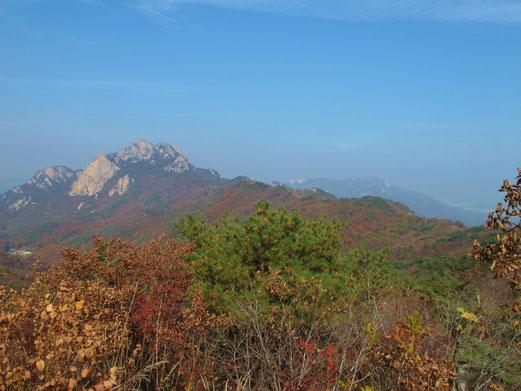 これから歩く稜線 遠くに道峰山