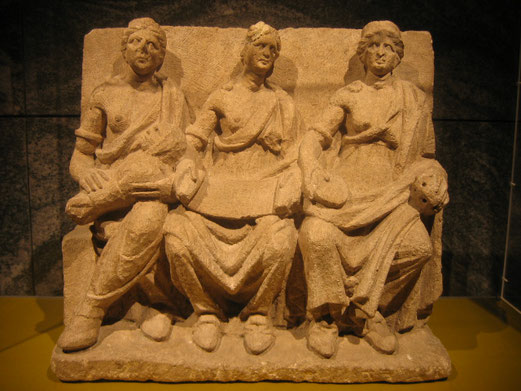 Triades: Les Matrones ou « Mères » sont des divinités gallo-romaines omniprésentes sur le territoire gaulois, représentées par 3 femmes portant des cornes d'abondance, très puissantes avec des pouvoirs protecteurs de vie, de fécondité et de guérison.