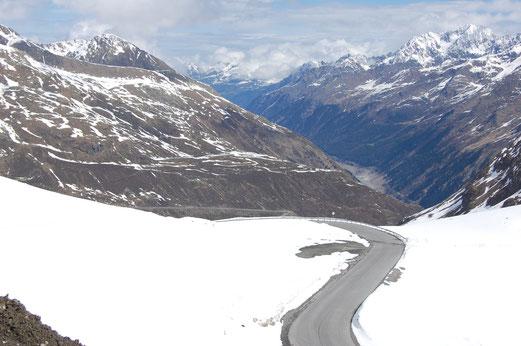Geräumte Pfade auf der Kaunertaler Gletscherstrasse