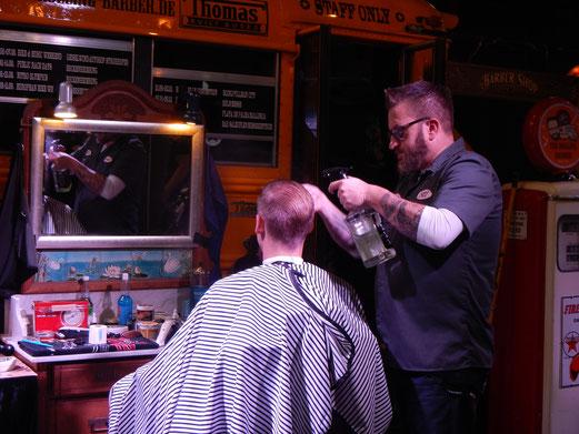 Auf der INTERMOT kann man sich sogar die Haare schneiden lassen.